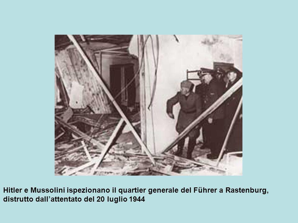 Hitler e Mussolini ispezionano il quartier generale del Führer a Rastenburg, distrutto dallattentato del 20 luglio 1944
