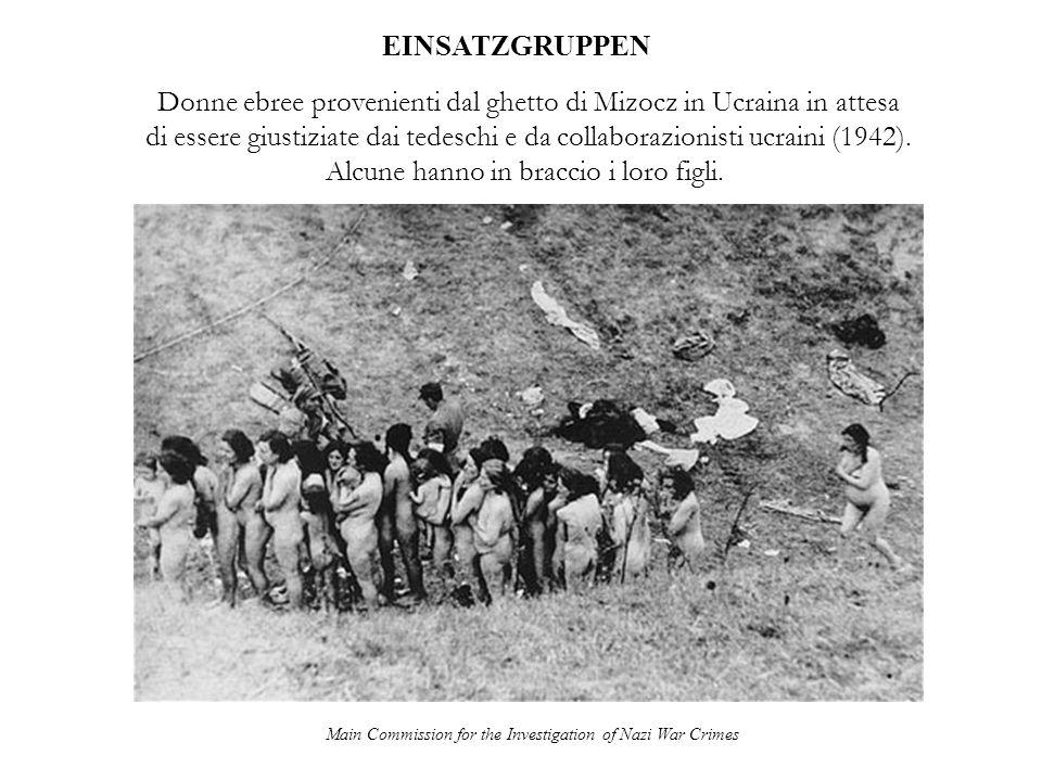 Main Commission for the Investigation of Nazi War Crimes EINSATZGRUPPEN Un poliziotto tedesco finisce i giustiziati ancora vivi dopo unesecuzione di massa dal ghetto di Mizocz (1942).