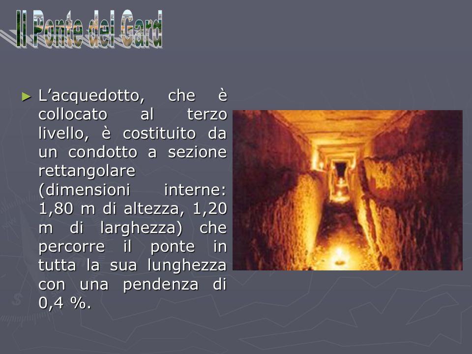 Lacquedotto, che è collocato al terzo livello, è costituito da un condotto a sezione rettangolare (dimensioni interne: 1,80 m di altezza, 1,20 m di la