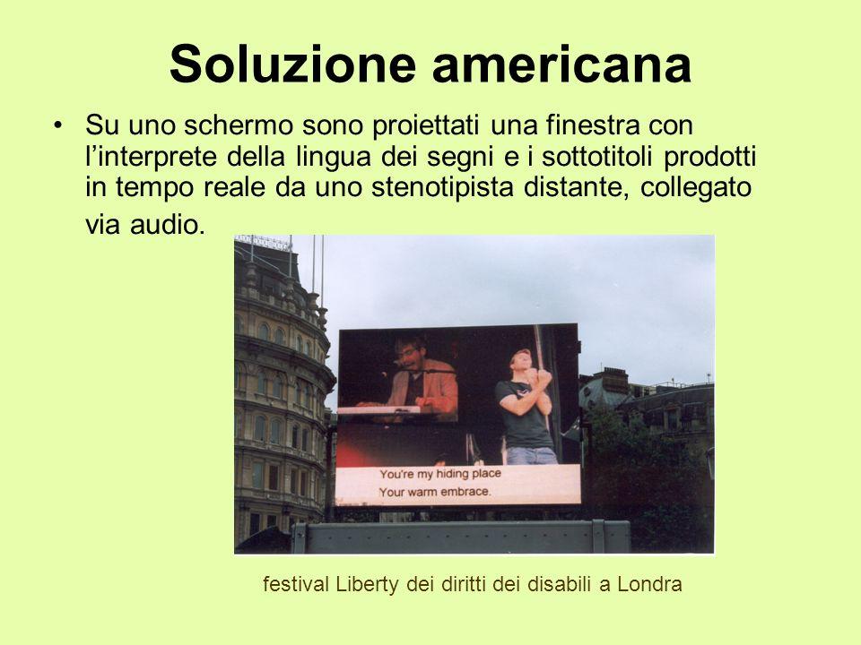 Soluzione americana Su uno schermo sono proiettati una finestra con linterprete della lingua dei segni e i sottotitoli prodotti in tempo reale da uno