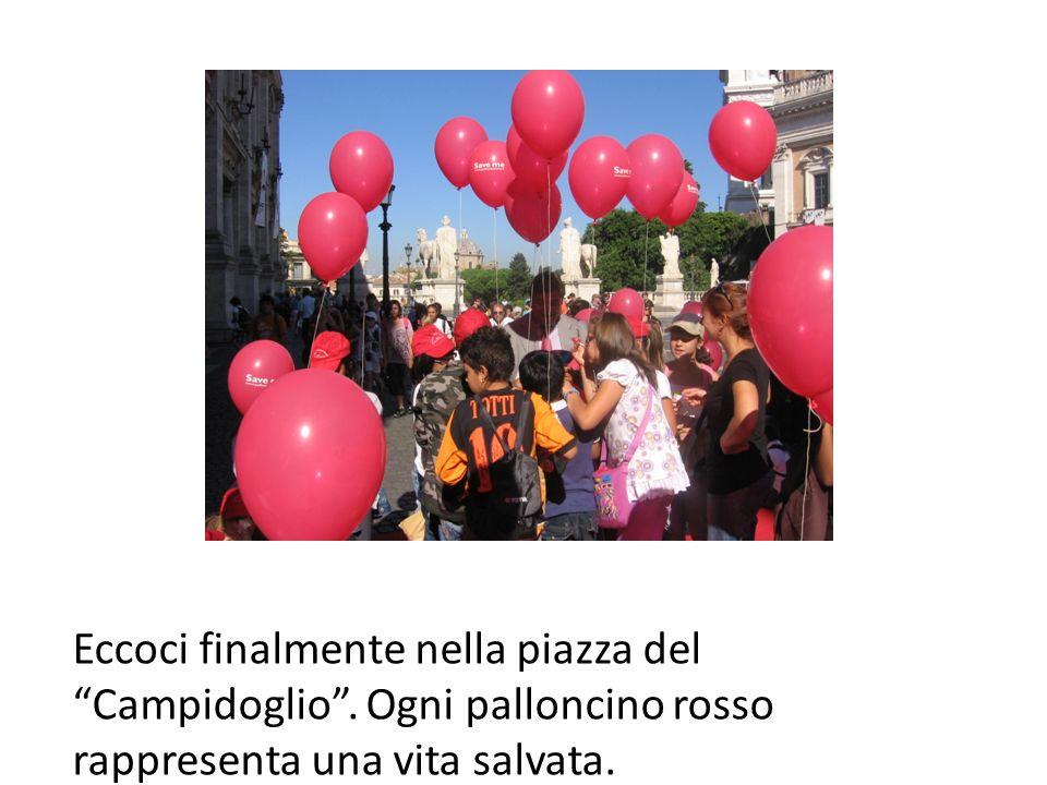 Eccoci finalmente nella piazza del Campidoglio. Ogni palloncino rosso rappresenta una vita salvata.