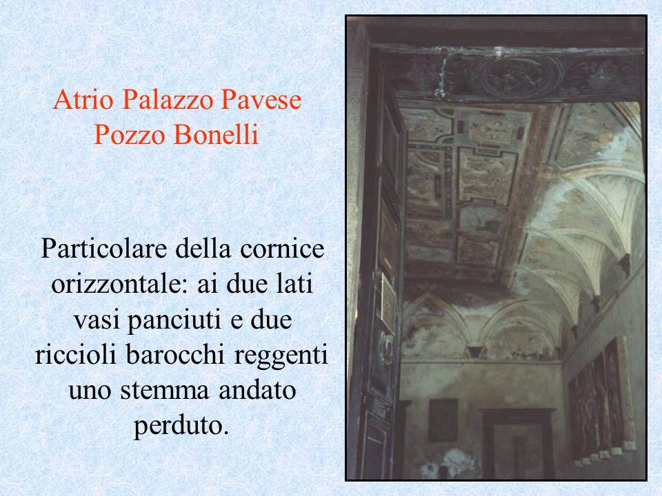 Atrio Palazzo Pavese Pozzo Bonelli Particolare della cornice orizzontale: ai due lati vasi panciuti e due riccioli barocchi reggenti uno stemma andato