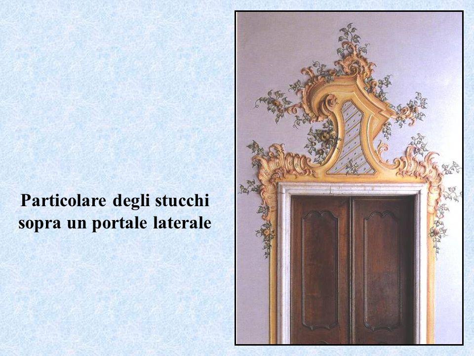 Particolare degli stucchi sopra un portale laterale