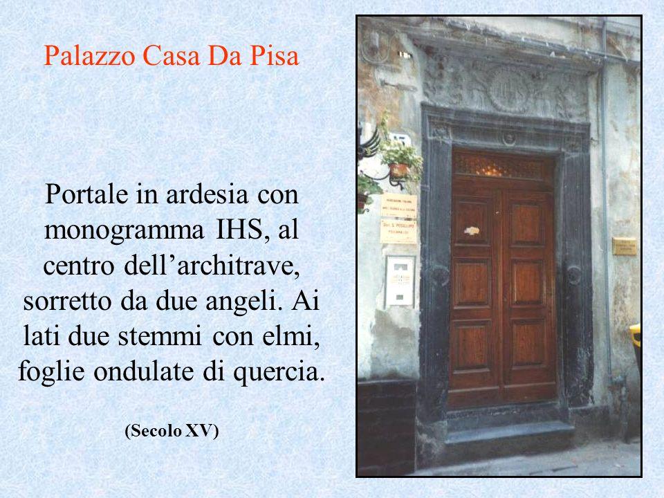 Portale in ardesia con monogramma IHS, al centro dellarchitrave, sorretto da due angeli. Ai lati due stemmi con elmi, foglie ondulate di quercia. Pala