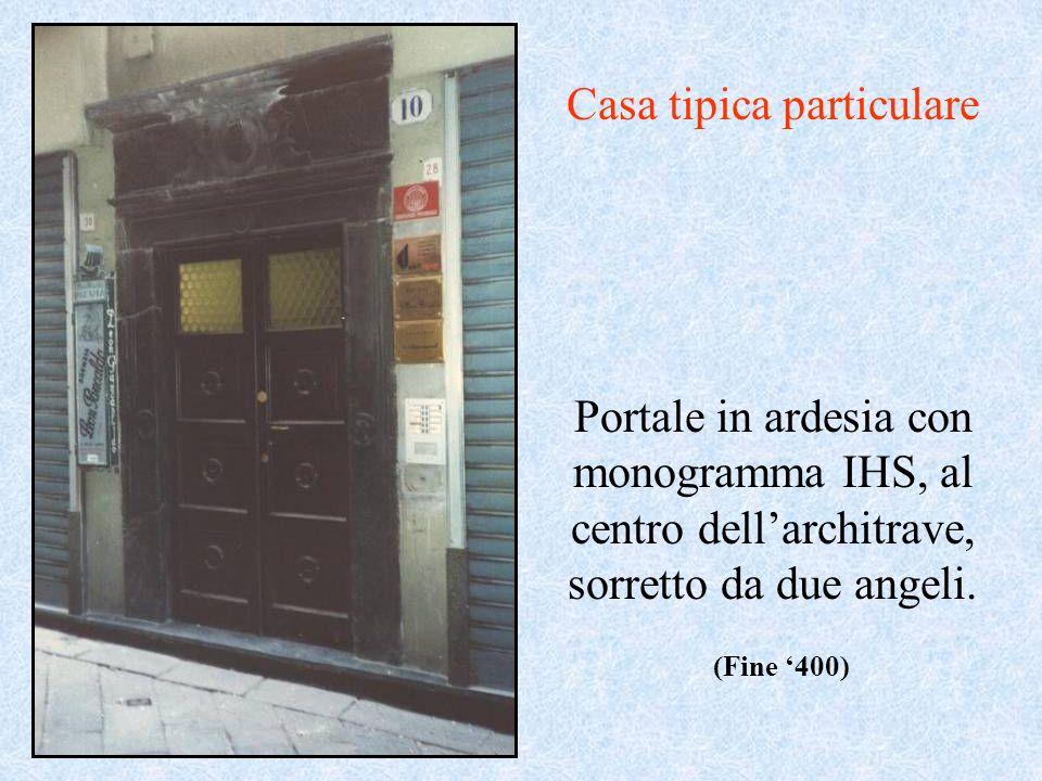 Portale in ardesia con monogramma IHS, al centro dellarchitrave, sorretto da due angeli. Casa tipica particulare (Fine 400)
