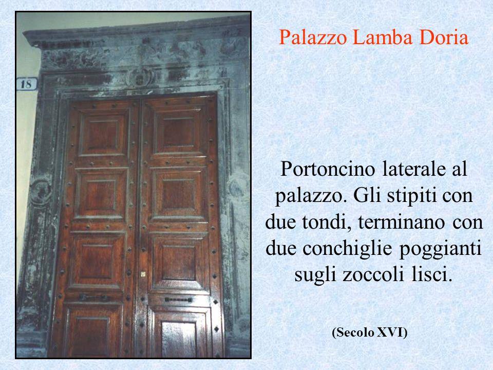 Portoncino laterale al palazzo. Gli stipiti con due tondi, terminano con due conchiglie poggianti sugli zoccoli lisci. Palazzo Lamba Doria (Secolo XVI