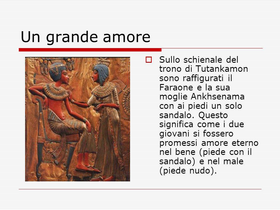 Un grande amore Sullo schienale del trono di Tutankamon sono raffigurati il Faraone e la sua moglie Ankhsenama con ai piedi un solo sandalo. Questo si