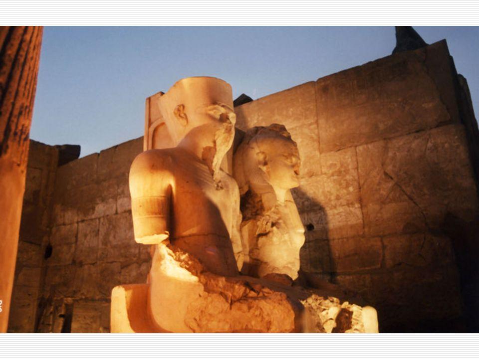 Una morte violenta Alletà di 18-20 anni Tutankhamon morì improvvisamente Cè un fitto mistero sulla sua morte ma io non vi rivelerò niente Venne sepolto nella Valle dei Re vicino a Luxor e sulla sua tomba venne edificata la sepoltura di Ramses II Tutti i cartigli reali col suo nome vennero cancellati e distrutti.