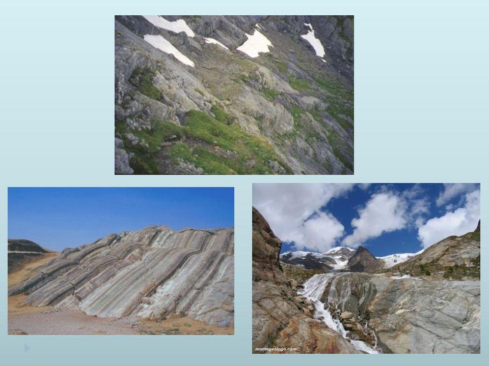 Erosione glaciale Le valli glaciali sono tipicamente a U poiché il ghiaccio erode sia il fondovalle che i versanti, hanno un profilo ondulato perché il ghiacciaio tende ad accentuare le irregolarità.