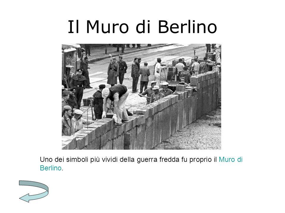 Il Muro di Berlino Il Muro di Berlino, il cui nome ufficiale era Barriera di protezione antifascista, era una barriera in cemento alta circa tre metri che separava Berlino Est da Berlino Ovest.