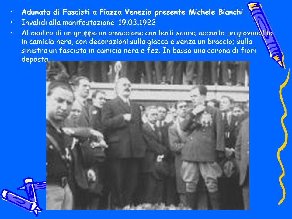 Adunata di Fascisti a Piazza Venezia presente Michele Bianchi Invalidi alla manifestazione 19.03.1922 Al centro di un gruppo un omaccione con lenti sc
