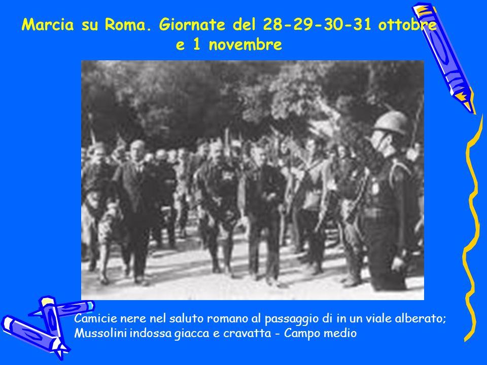 Marcia su Roma. Giornate del 28-29-30-31 ottobre e 1 novembre Camicie nere nel saluto romano al passaggio di in un viale alberato; Mussolini indossa g