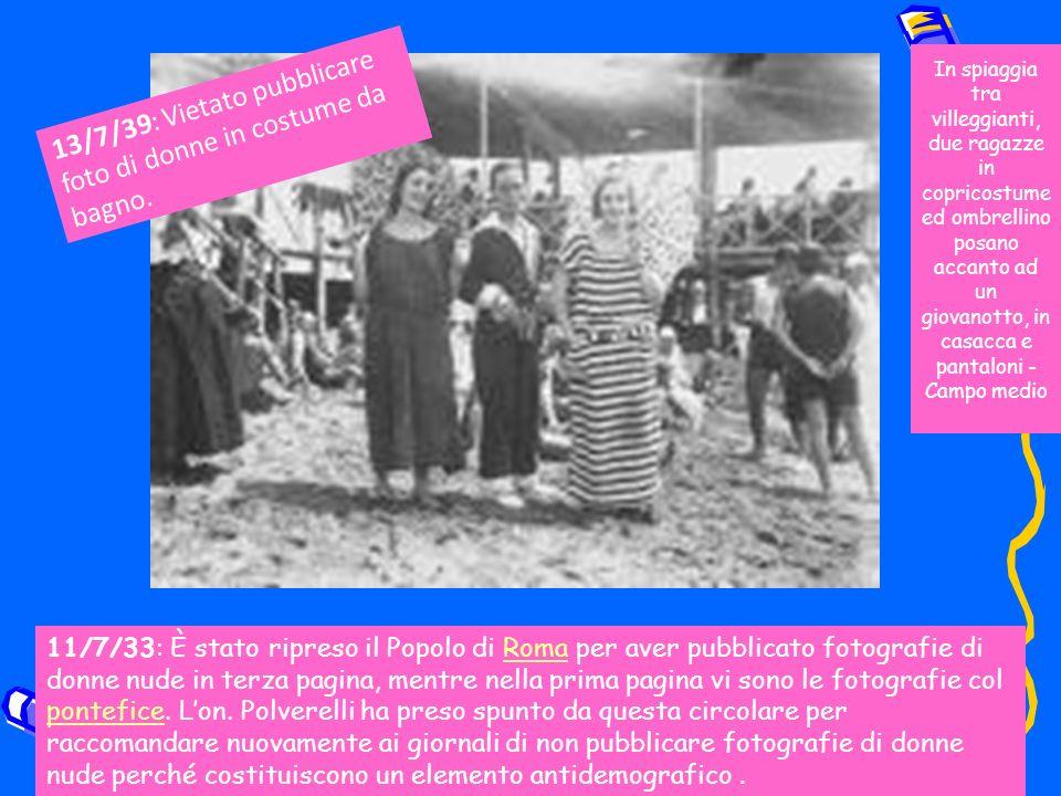 In spiaggia tra villeggianti, due ragazze in copricostume ed ombrellino posano accanto ad un giovanotto, in casacca e pantaloni - Campo medio 11/7/33: