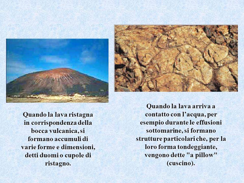 Quando la lava arriva a contatto con lacqua, per esempio durante le effusioni sottomarine, si formano strutture particolari che, per la loro forma ton