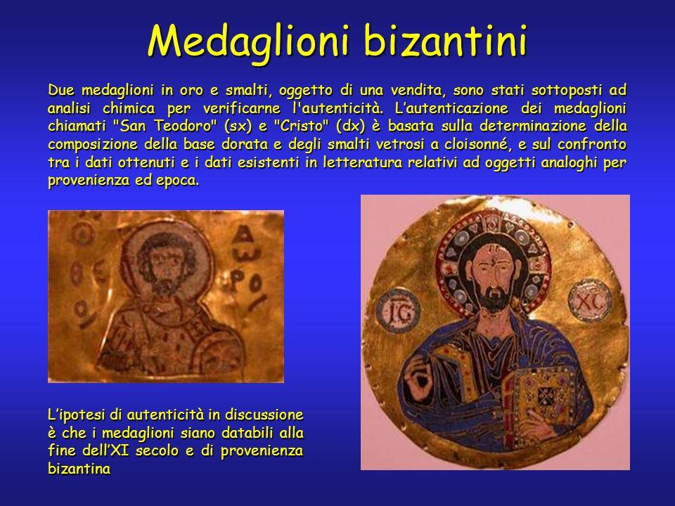 Due medaglioni in oro e smalti, oggetto di una vendita, sono stati sottoposti ad analisi chimica per verificarne l autenticità.