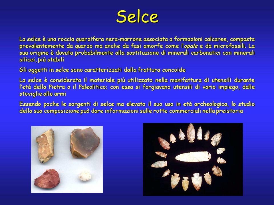 Selce La selce è una roccia quarzifera nera-marrone associata a formazioni calcaree, composta prevalentemente da quarzo ma anche da fasi amorfe come lopale e da microfossili.
