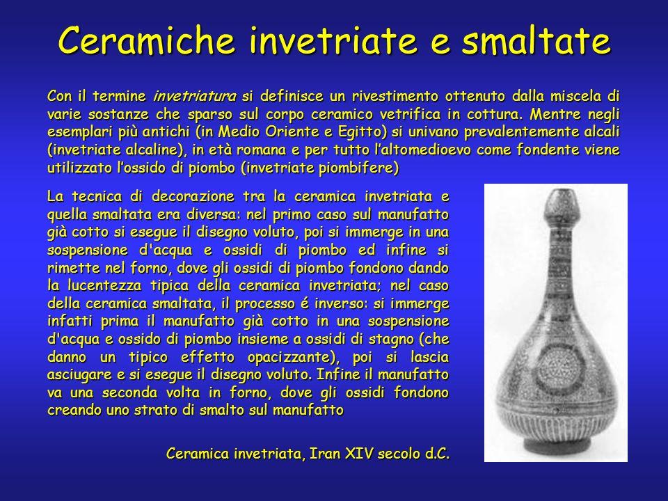 Ceramiche invetriate e smaltate La tecnica di decorazione tra la ceramica invetriata e quella smaltata era diversa: nel primo caso sul manufatto già cotto si esegue il disegno voluto, poi si immerge in una sospensione d acqua e ossidi di piombo ed infine si rimette nel forno, dove gli ossidi di piombo fondono dando la lucentezza tipica della ceramica invetriata; nel caso della ceramica smaltata, il processo é inverso: si immerge infatti prima il manufatto già cotto in una sospensione d acqua e ossido di piombo insieme a ossidi di stagno (che danno un tipico effetto opacizzante), poi si lascia asciugare e si esegue il disegno voluto.