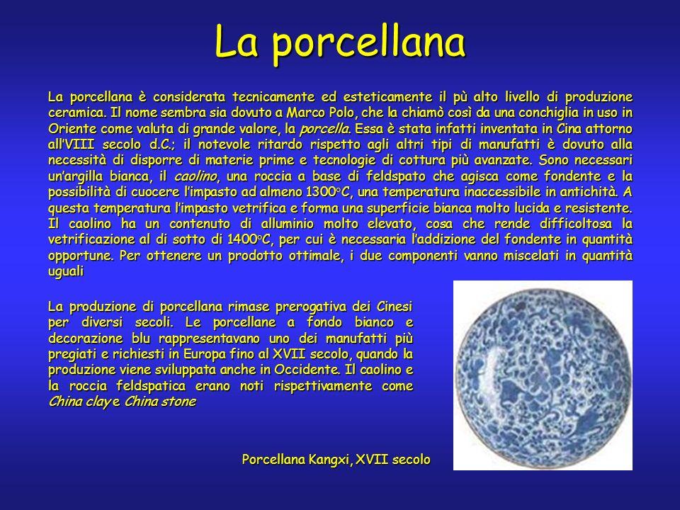 La porcellana è considerata tecnicamente ed esteticamente il pù alto livello di produzione ceramica.