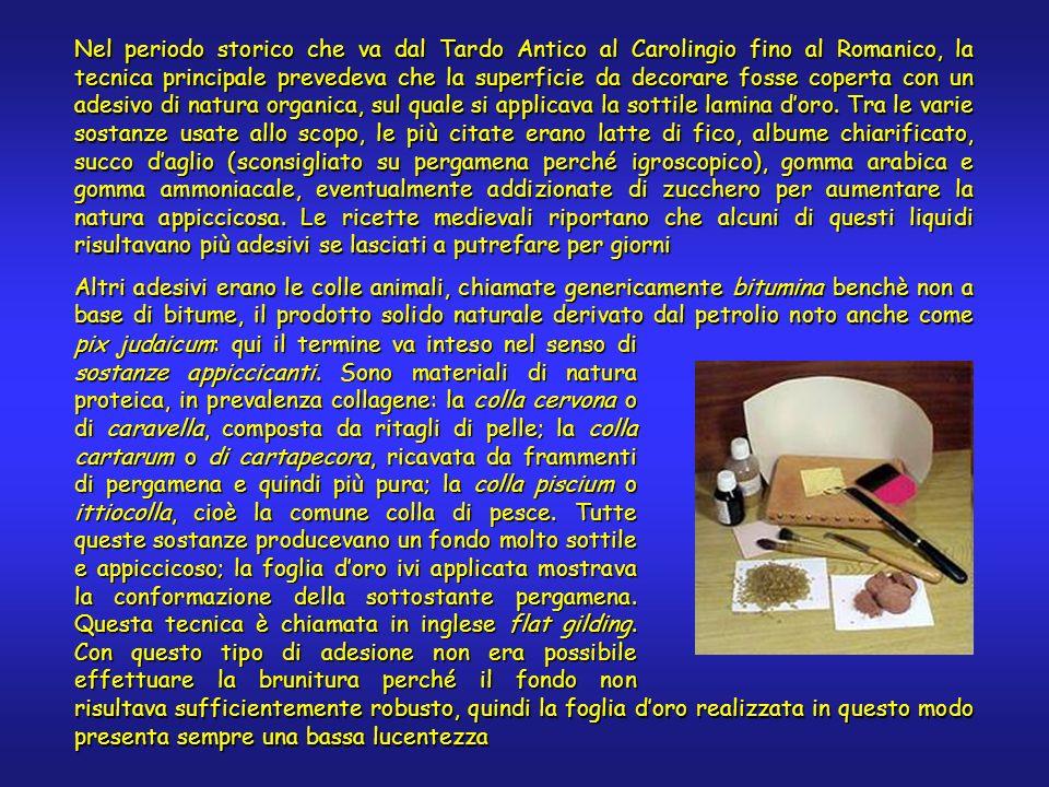 Nel periodo storico che va dal Tardo Antico al Carolingio fino al Romanico, la tecnica principale prevedeva che la superficie da decorare fosse coperta con un adesivo di natura organica, sul quale si applicava la sottile lamina doro.