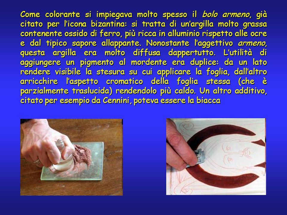 Come colorante si impiegava molto spesso il bolo armeno, già citato per licona bizantina: si tratta di unargilla molto grassa contenente ossido di fer