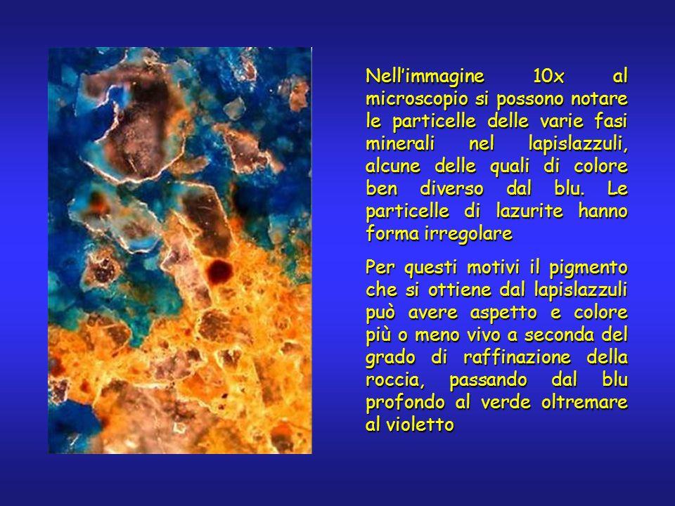 Nellimmagine 10x al microscopio si possono notare le particelle delle varie fasi minerali nel lapislazzuli, alcune delle quali di colore ben diverso dal blu.