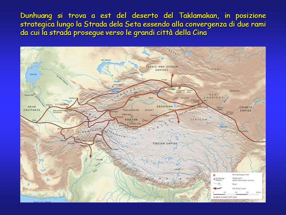 Dunhuang si trova a est del deserto del Taklamakan, in posizione strategica lungo la Strada dela Seta essendo alla convergenza di due rami da cui la strada prosegue verso le grandi città della Cina