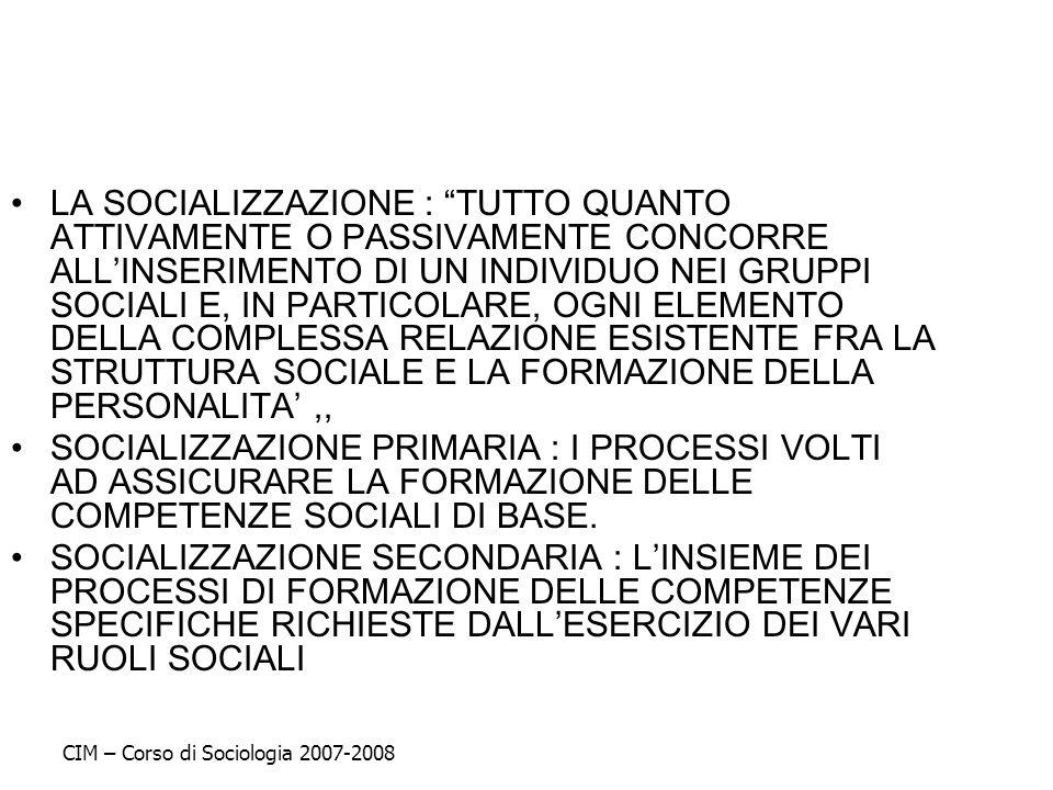 LA SOCIALIZZAZIONE : TUTTO QUANTO ATTIVAMENTE O PASSIVAMENTE CONCORRE ALLINSERIMENTO DI UN INDIVIDUO NEI GRUPPI SOCIALI E, IN PARTICOLARE, OGNI ELEMEN