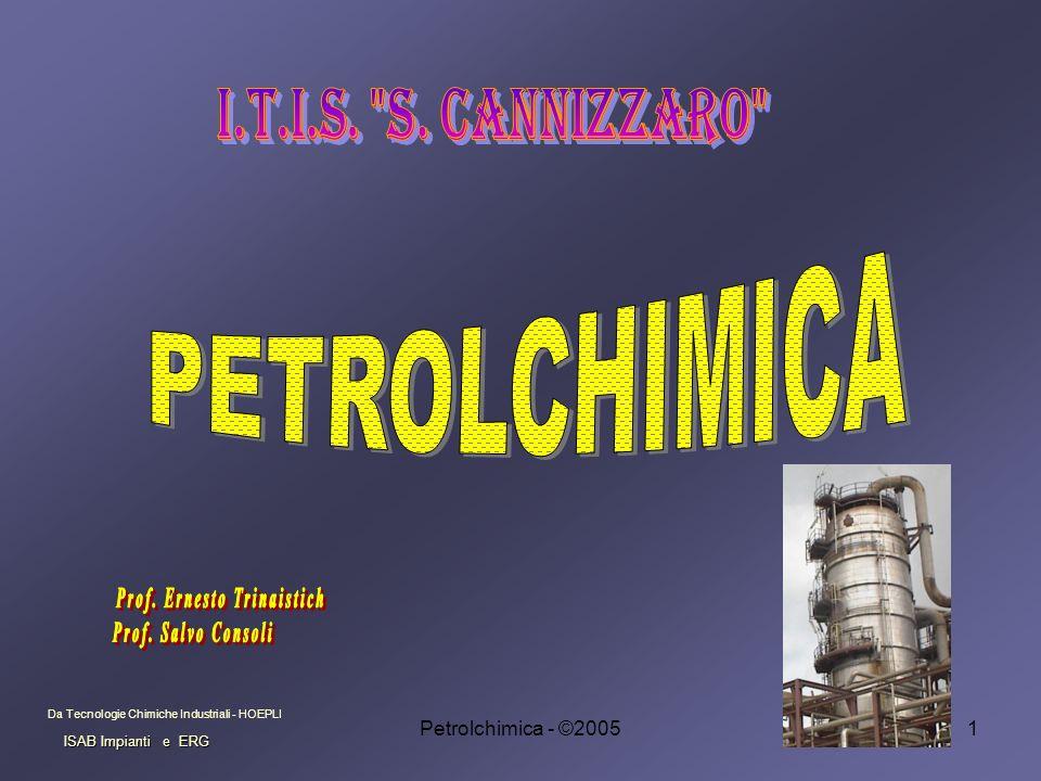 Petrolchimica - ©20052 Generalità II petrolio è una miscela liquida di idrocarburi naturali paraffine (alcani lineari) fino a 40 atomi di carbonio, nafteni (cicloalcani) con numero di atomi di carbonio fino a 20, e composti aromatici.