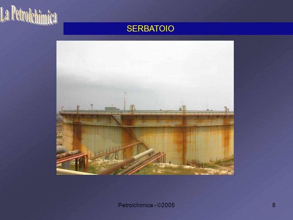 Petrolchimica - ©200529 Le tubazioni sono in acciaio al carbonio e sono rinforzate per quei tratti in cui le temperature e le pressioni sono più elevate e dove sussista la possibilità di corrosione.