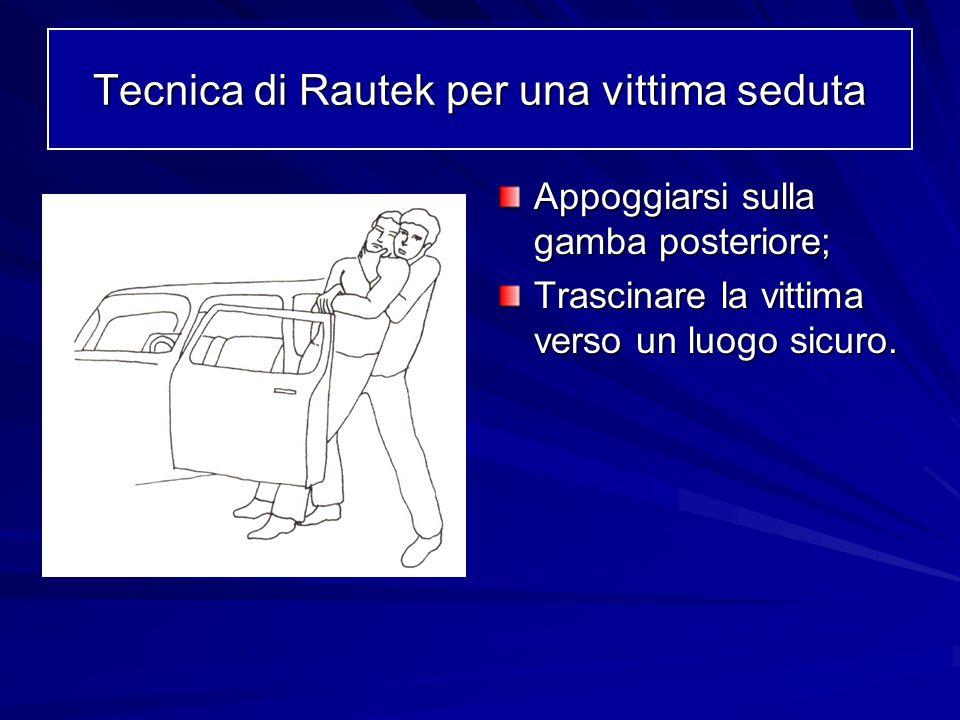 Appoggiarsi sulla gamba posteriore; Trascinare la vittima verso un luogo sicuro. Tecnica di Rautek per una vittima seduta
