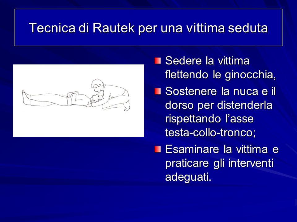 Sedere la vittima flettendo le ginocchia, Sostenere la nuca e il dorso per distenderla rispettando lasse testa-collo-tronco; Esaminare la vittima e pr