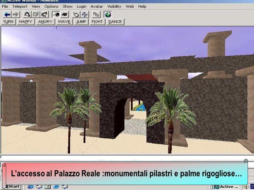 Laccesso al Palazzo Reale :monumentali pilastri e palme rigogliose…