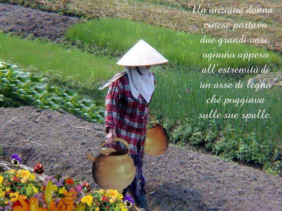 Unanziana donna cinese portava due grandi vasi, ognuno appeso allestremità di un asse di legno che poggiava sulle sue spalle.