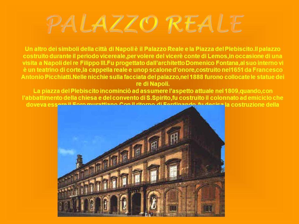 Un altro dei simboli della città di Napoli è il Palazzo Reale e la Piazza del Plebiscito.Il palazzo costruito durante il periodo vicereale,per volere