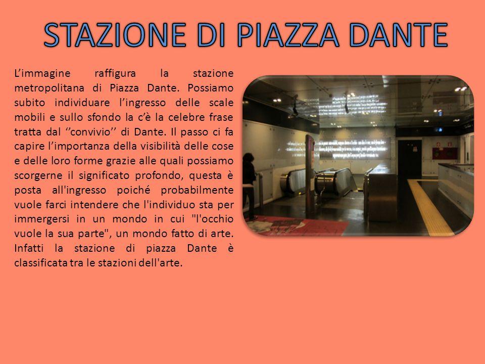 Limmagine raffigura la stazione metropolitana di Piazza Dante. Possiamo subito individuare lingresso delle scale mobili e sullo sfondo la cè la celebr