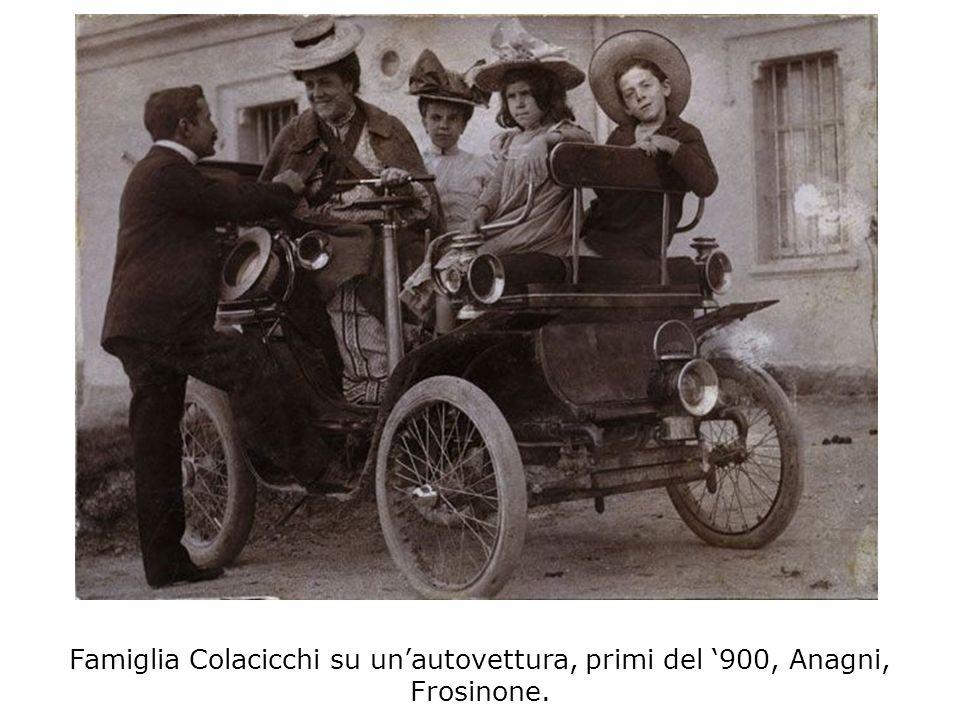 Famiglia Colacicchi su unautovettura, primi del 900, Anagni, Frosinone.