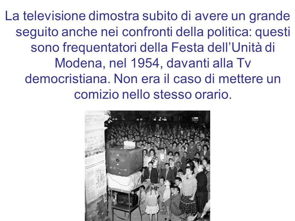 La televisione dimostra subito di avere un grande seguito anche nei confronti della politica: questi sono frequentatori della Festa dellUnità di Modena, nel 1954, davanti alla Tv democristiana.