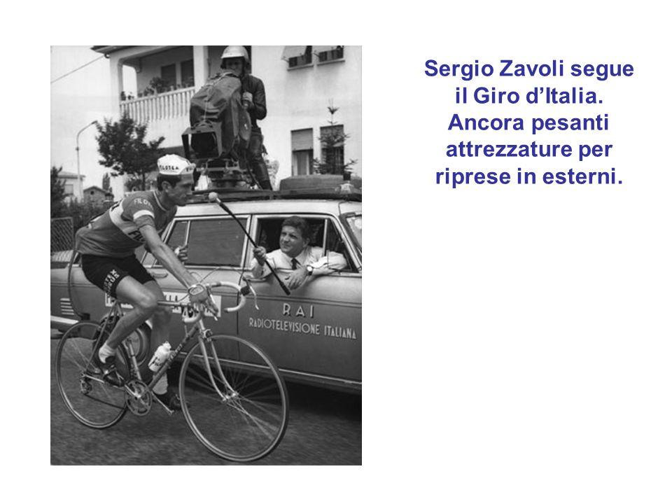 Sergio Zavoli segue il Giro dItalia. Ancora pesanti attrezzature per riprese in esterni.