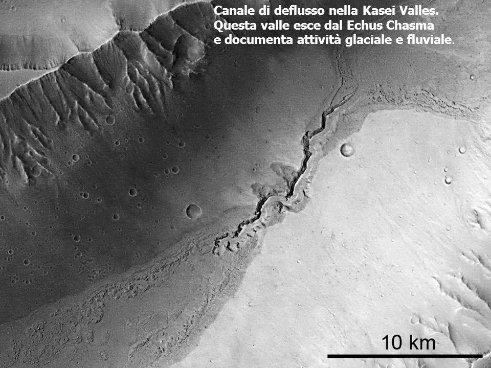 Canale di deflusso nella Kasei Valles. Questa valle esce dal Echus Chasma e documenta attività glaciale e fluviale.