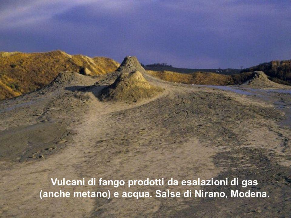 Vulcani di fango prodotti da esalazioni di gas (anche metano) e acqua. Salse di Nirano, Modena.