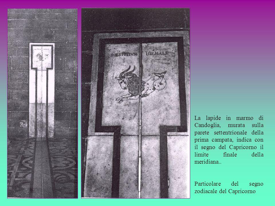 La lapide in marmo di Candoglia, murata sulla parete settentrionale della prima campata, indica con il segno del Capricorno il limite finale della mer