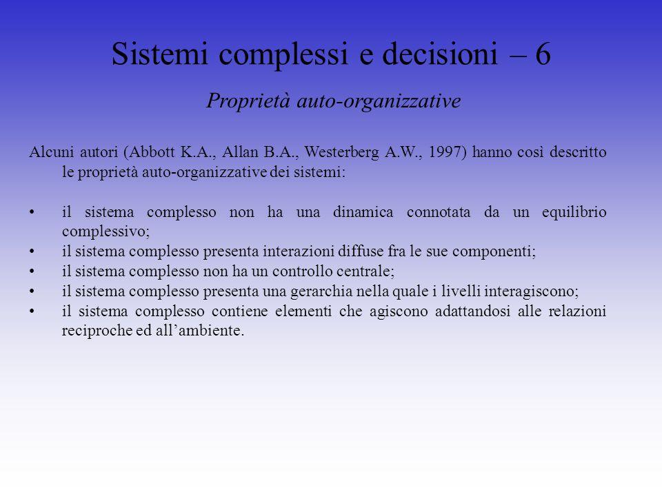 Sistemi complessi e decisioni – 7 Dinamica dei sistemi In fisica, nei sistemi dinamici (si pensi ad esempio ad una sfera che scivola su un piano inclinato), losservatore ha a disposizione una serie di leggi che regolano la dinamica del sistema.