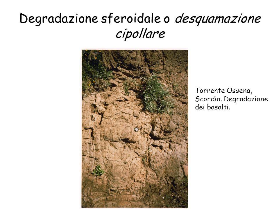 Degradazione sferoidale o desquamazione cipollare Torrente Ossena, Scordia. Degradazione dei basalti.