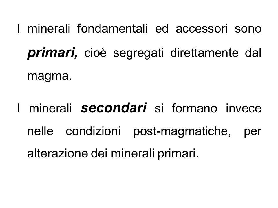 I minerali fondamentali ed accessori sono primari, cioè segregati direttamente dal magma. I minerali secondari si formano invece nelle condizioni post