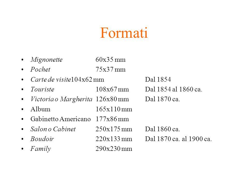Formati Mignonette60x35 mm Pochet75x37 mm Carte de visite104x62 mmDal 1854 Touriste108x67 mmDal 1854 al 1860 ca. Victoria o Margherita126x80 mmDal 187