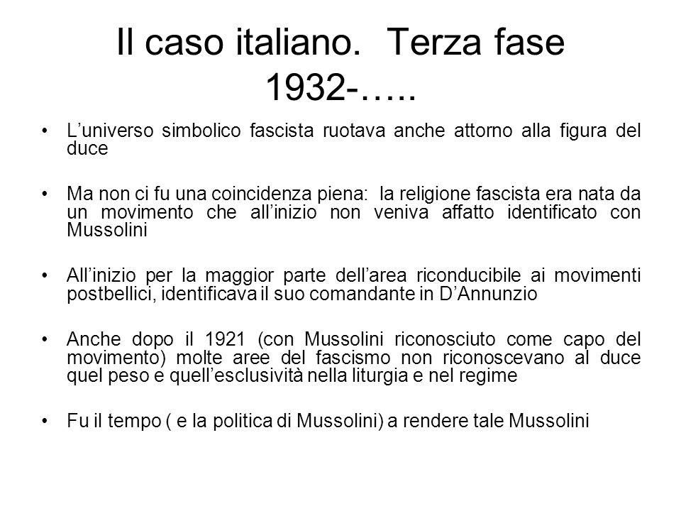Il caso italiano. Terza fase 1932-….. Luniverso simbolico fascista ruotava anche attorno alla figura del duce Ma non ci fu una coincidenza piena: la r