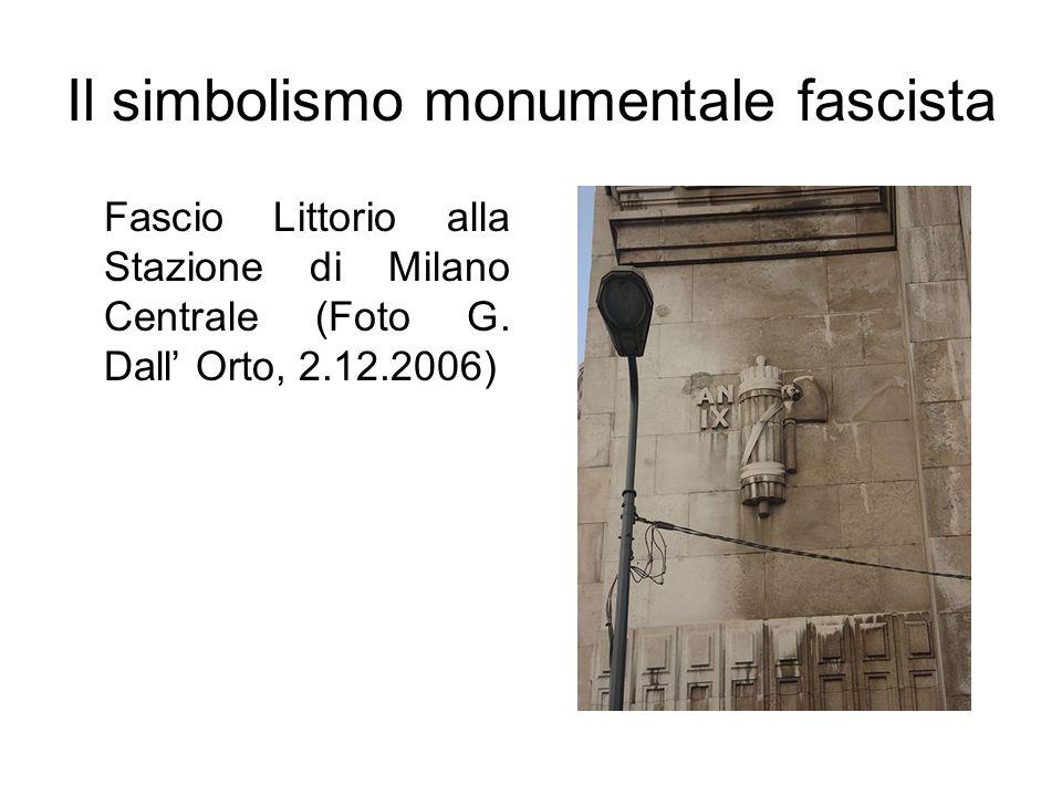 Il simbolismo monumentale fascista Fascio Littorio alla Stazione di Milano Centrale (Foto G. Dall Orto, 2.12.2006)