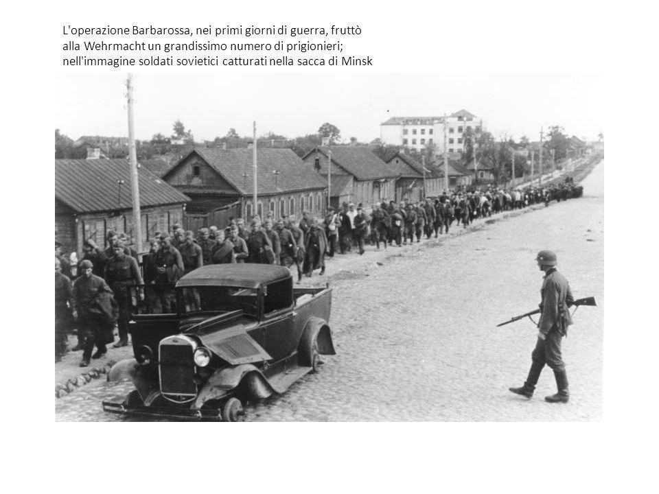 L'operazione Barbarossa, nei primi giorni di guerra, fruttò alla Wehrmacht un grandissimo numero di prigionieri; nell'immagine soldati sovietici cattu