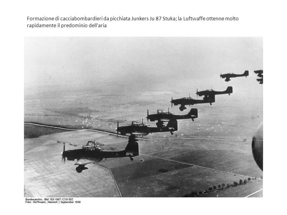 Formazione di cacciabombardieri da picchiata Junkers Ju 87 Stuka; la Luftwaffe ottenne molto rapidamente il predominio dell'aria