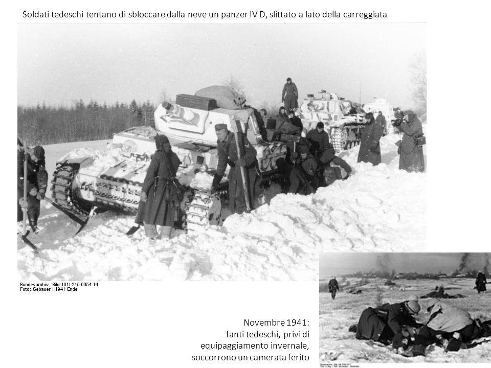 Soldati tedeschi tentano di sbloccare dalla neve un panzer IV D, slittato a lato della carreggiata Novembre 1941: fanti tedeschi, privi di equipaggiamento invernale, soccorrono un camerata ferito